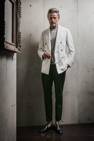 Dunkelgrüne Leder Slipper kombinieren: trends 2020: Kombinieren Sie ein weißes Zweireiher-Sakko mit einer dunkelgrünen Anzughose, um vor Klasse und Perfektion zu strotzen. Fühlen Sie sich ideenreich? Komplettieren Sie Ihr Outfit mit dunkelgrünen Leder Slippern.