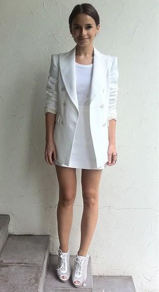 Miroslava Duma trägt Weißes Zweireiher Sakko, Weißes T-Shirt mit Rundhalsausschnitt, Weißer Minirock, Weiße Schnürstiefeletten aus Leder