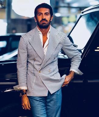 Blaue Anzughose kombinieren: trends 2020: Entscheiden Sie sich für ein weißes und dunkelblaues vertikal gestreiftes Zweireiher-Sakko und eine blaue Anzughose, um vor Klasse und Perfektion zu strotzen.