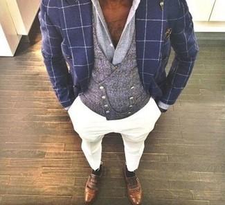 Wie kombinieren: dunkelblaues Zweireiher-Sakko mit Karomuster, graue Weste, graues Businesshemd, weiße Chinohose