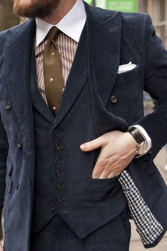 Wie kombinieren: schwarzes Zweireiher-Sakko aus Kord, schwarze Samtweste, weißes und braunes vertikal gestreiftes Businesshemd, schwarze Anzughose aus Kord