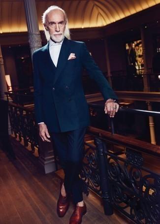 60 Jährige: Blaue Anzughose kombinieren: trends 2020: Paaren Sie ein dunkelgrünes Zweireiher-Sakko mit einer blauen Anzughose, um vor Klasse und Perfektion zu strotzen. Braune Leder Oxford Schuhe liefern einen wunderschönen Kontrast zu dem Rest des Looks.