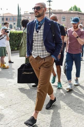Dunkelblaue und weiße Strick Krawatte kombinieren – 139 Herren Outfits: Kombinieren Sie ein dunkelblaues Wollzweireiher-sakko mit einer dunkelblauen und weißen Strick Krawatte für eine klassischen und verfeinerte Silhouette. Wenn Sie nicht durch und durch formal auftreten möchten, wählen Sie schwarzen Slip-On Sneakers.