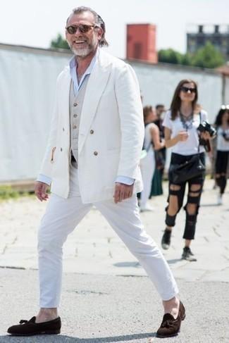 Weißes Zweireiher-Sakko kombinieren: trends 2020: Kombinieren Sie ein weißes Zweireiher-Sakko mit einer weißen Chinohose, um einen modischen Freizeitlook zu kreieren. Fühlen Sie sich ideenreich? Komplettieren Sie Ihr Outfit mit dunkelbraunen Wildleder Slippern mit Quasten.