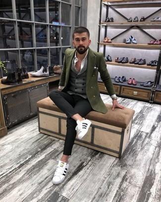 Niedrige Sneakers kombinieren: trends 2020: Entscheiden Sie sich für ein olivgrünes Zweireiher-Sakko und eine schwarze Chinohose für Drinks nach der Arbeit. Niedrige Sneakers liefern einen wunderschönen Kontrast zu dem Rest des Looks.