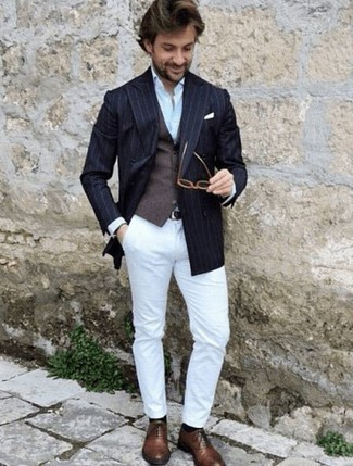 Weste kombinieren: trends 2020: Kombinieren Sie eine Weste mit einer weißen Chinohose, um vor Klasse und Perfektion zu strotzen. Braune Leder Oxford Schuhe bringen klassische Ästhetik zum Ensemble.