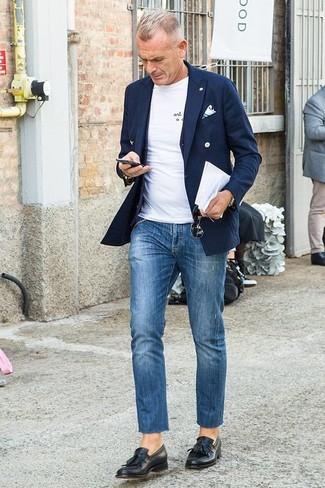 Wie kombinieren: dunkelblaues Zweireiher-Sakko, schwarze Weste, weißes T-Shirt mit einem Rundhalsausschnitt, blaue Jeans