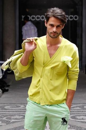 Wie kombinieren: gelbe zweireihige Strickjacke, mintgrüne Shorts, gelbe Segeltuch Sporttasche, weißes Einstecktuch