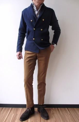 Wie kombinieren: dunkelblaue zweireihige Strickjacke, weißes und rotes und dunkelblaues Langarmhemd mit Schottenmuster, braune Anzughose, dunkelbraune Chukka-Stiefel aus Wildleder
