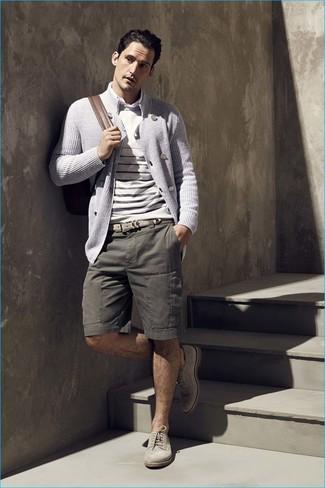 Wie kombinieren: graue zweireihige Strickjacke, hellbeige horizontal gestreifter Pullover mit einem Rundhalsausschnitt, weißes Langarmhemd, olivgrüne Shorts