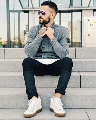 Violette Sonnenbrille kombinieren: trends 2020: Eine graue zweireihige Strickjacke und eine violette Sonnenbrille sind eine perfekte Outfit-Formel für Ihre Sammlung. Ergänzen Sie Ihr Look mit weißen hohen Sneakers aus Segeltuch.