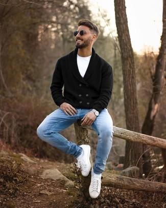 Weiße und rote Leder niedrige Sneakers kombinieren – 500+ Herren Outfits: Tragen Sie eine schwarze zweireihige Strickjacke und hellblauen Jeans mit Destroyed-Effekten für einen entspannten Wochenend-Look. Weiße und rote Leder niedrige Sneakers fügen sich nahtlos in einer Vielzahl von Outfits ein.