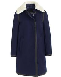 Mantel mit einem Pelzkragen