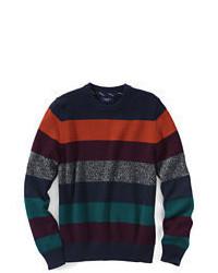 mehrfarbiger horizontal gestreifter Pullover mit einem Rundhalsausschnitt