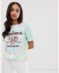 mehrfarbiges T-Shirt mit einem Rundhalsausschnitt mit Batikmuster