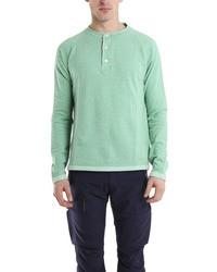 mintgrünes T-shirt mit einer Knopfleiste