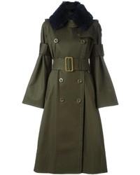 olivgrüner Mantel mit einem Pelzkragen