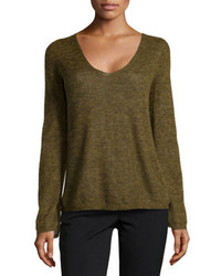 olivgrüner Pullover mit einem V-Ausschnitt