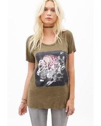 olivgrünes bedrucktes T-Shirt mit einem Rundhalsausschnitt