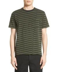 olivgrünes horizontal gestreiftes T-Shirt mit einem Rundhalsausschnitt