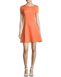 orange ausgestelltes Kleid