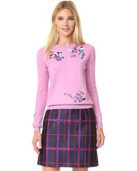 rosa bestickter Pullover mit einem Rundhalsausschnitt
