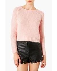 rosa flauschiger Pullover mit einem Rundhalsausschnitt