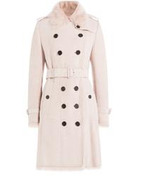 rosa Mantel mit einem Pelzkragen