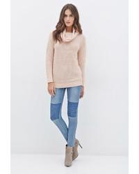 rosa Pullover mit einer weiten Rollkragen