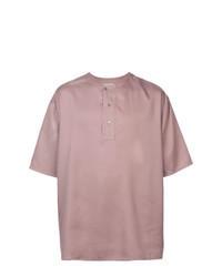 rosa T-shirt mit einer Knopfleiste