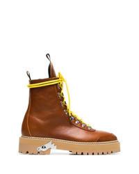 rotbraune flache Stiefel mit einer Schnürung aus Leder