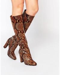 rotbraune kniehohe Stiefel aus Leder mit Schlangenmuster