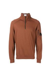 rotbrauner Pullover mit einem Reißverschluss am Kragen von CP Company