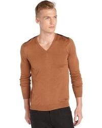 rotbrauner Pullover mit einem V-Ausschnitt