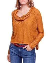 rotbrauner Pullover mit einer weiten Rollkragen
