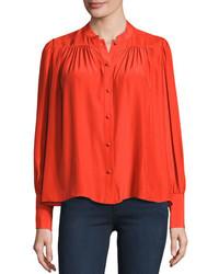 rote Bluse mit Knöpfen