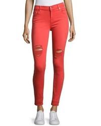 rote enge Jeans mit Destroyed-Effekten