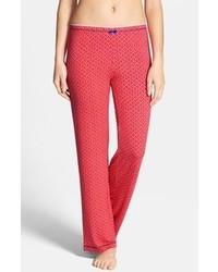 rote Freizeithose mit geometrischen Mustern