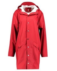 rote Regenjacke von Rains
