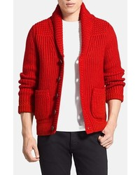 rote Strickjacke mit einem Schalkragen