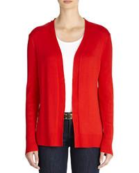 rote Strickjacke mit einer offenen Front