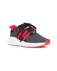 rote und schwarze Sportschuhe