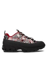 rote und schwarze Sportschuhe von Burberry