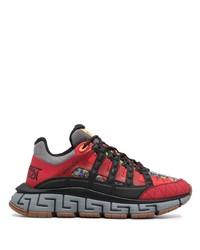 rote und schwarze Sportschuhe von Versace