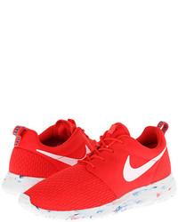 rote und weiße Sportschuhe