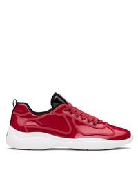 rote und weiße Sportschuhe von Prada