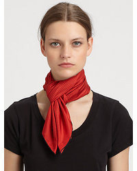 roter gepunkteter Schal