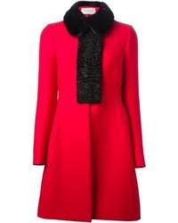roter Mantel mit einem Pelzkragen von Valentino