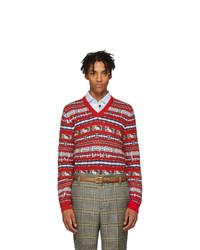 roter Pullover mit einem V-Ausschnitt mit Fair Isle-Muster
