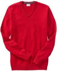 roter Pullover mit einem V-Ausschnitt